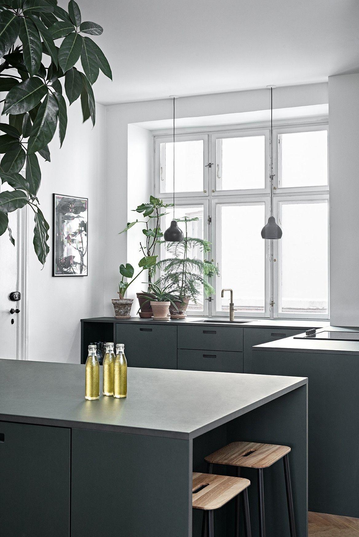 Photo of Cucina moderna con isola cucina e sgabelli da bar | #connox #beunique #greykitche …