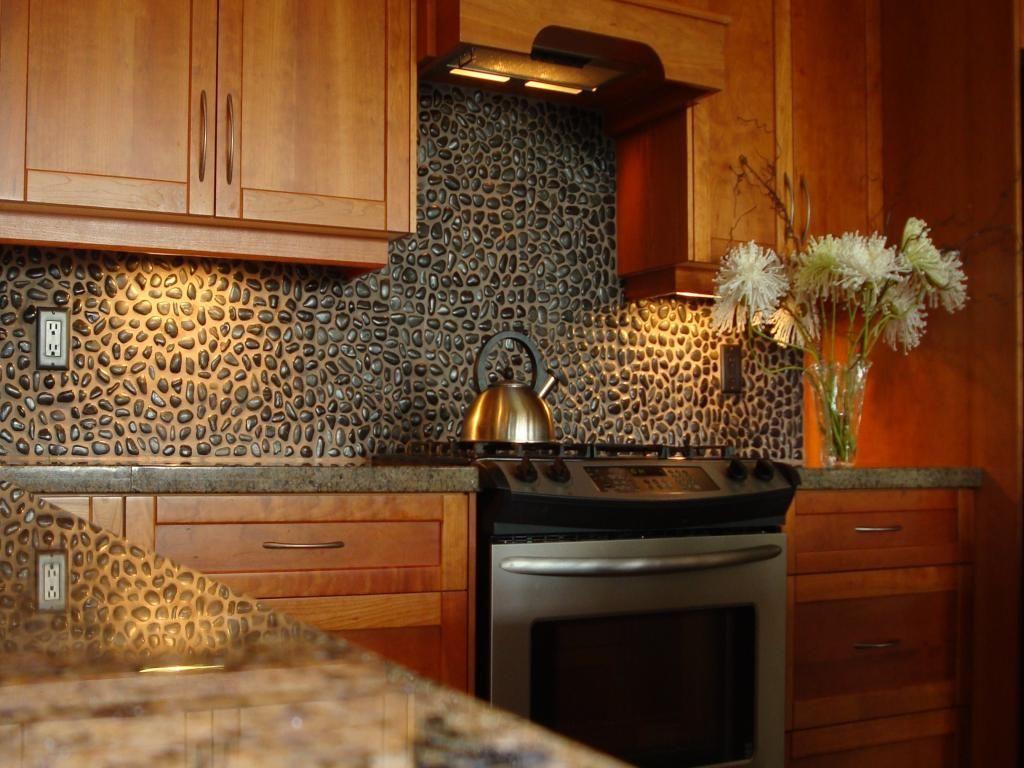 Merveilleux Stunning Cobblestone Backsplash With Wooden Cabinet Kitchen Also Granite  Countertop And Lighting Under Cabinet