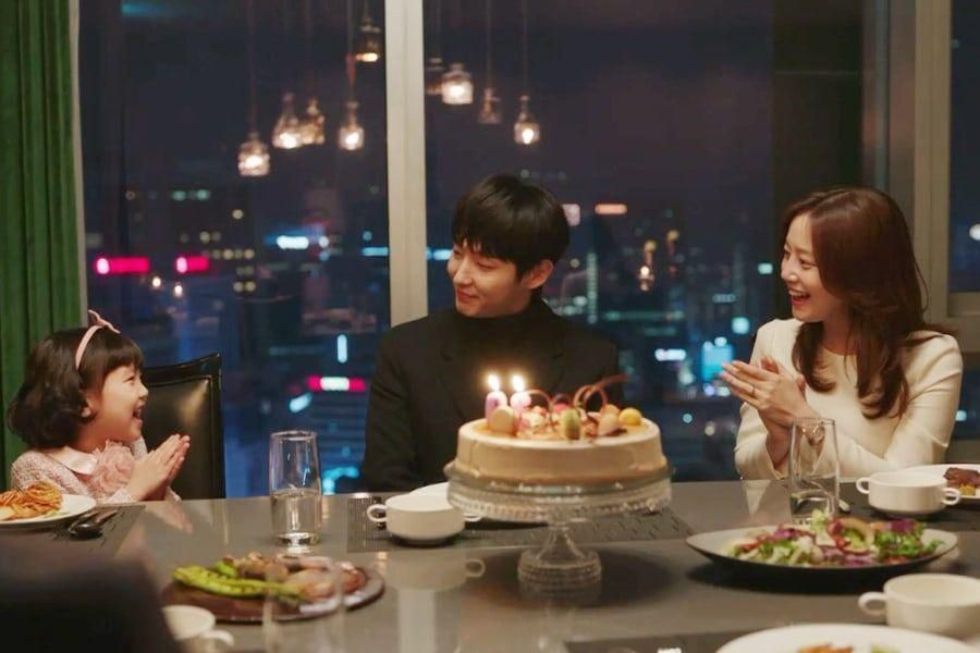 "Upcoming Drama ""Flower Of Evil"" Shares Glimpse Of Lee Joon Gi And Moon Chae Won As Loving Parents"