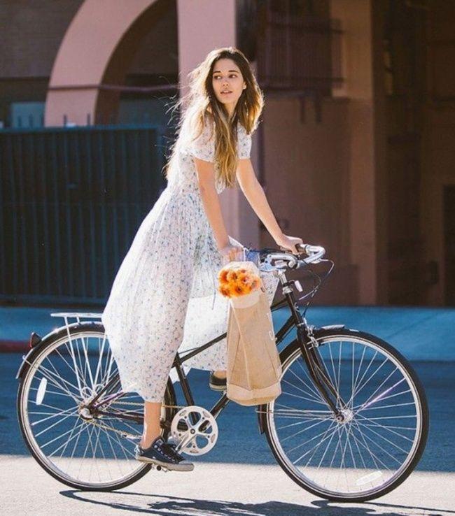 Женщина на велосипеде в