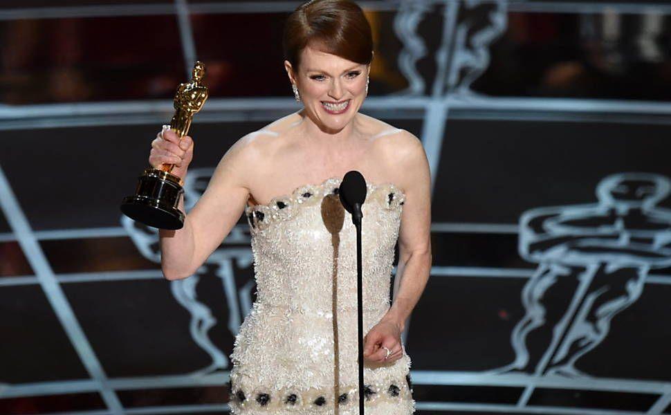 """Juliane Moore recebe o prêmio de melhor atriz por """"Para Sempre Alice"""". Foto: John Shearer/Invision/AP"""