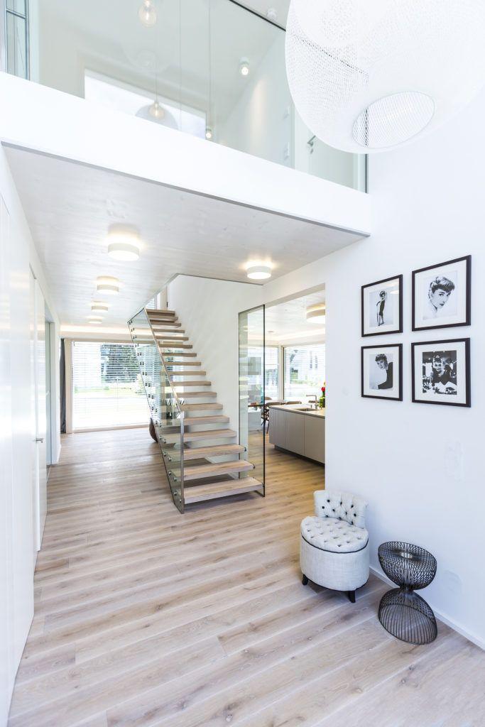 Blick auf die Galerie und die Glaswangentreppe im Musterhaus #arquitectonico