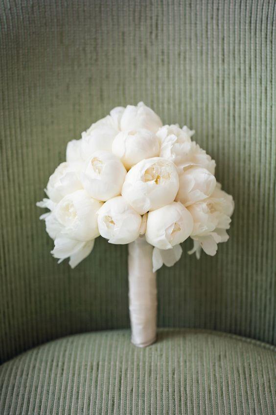 50 Zjawiskowych Bukietow Slubnych Z Piwonii Monochromatic Wedding White Peonies Bouquet Summer Wedding Bouquets