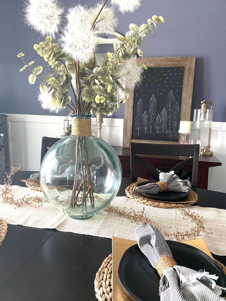3 ways to simplify your winter décor. #diningroom #diningroomdecor #homedecor #newyear #simpledecor #winterdecor