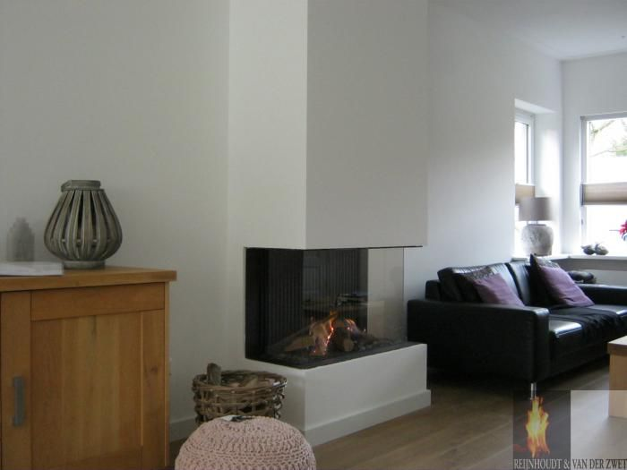Moderne inbouw haard als driezijdig model in de woonkamer