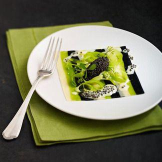 Fines lasagnes de caviar d'Aquitaine, jeunes poireaux à l'huile d'olive -           caviar d'Aquitaine      1   poireau      500 g de farine de blé      5 œufs      9 cl d'eau      10 g de sel      20 g d'encre de seiche      20 g de persil      3 oignons nouveaux      5 cl de vodka      1/2 citron jaune      25 g de beurre      5 cl d'huile d'olive vierge extra      sel, poivre  Difficulté : Difficile