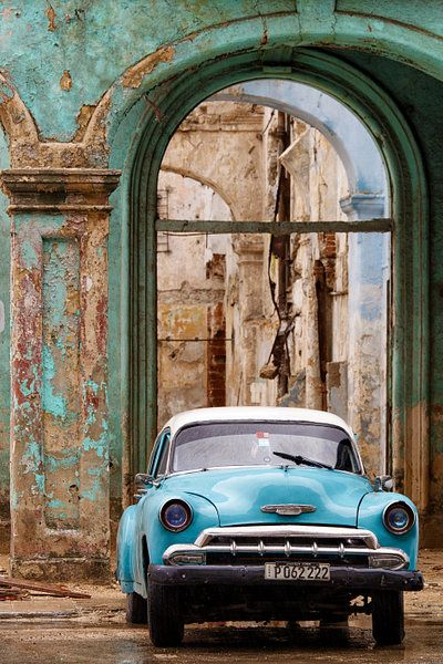 CUBA – Oldtimer en vervallen gebouw – Havanna van Marianne Ottemann – OTTI op canvas, behang en meer