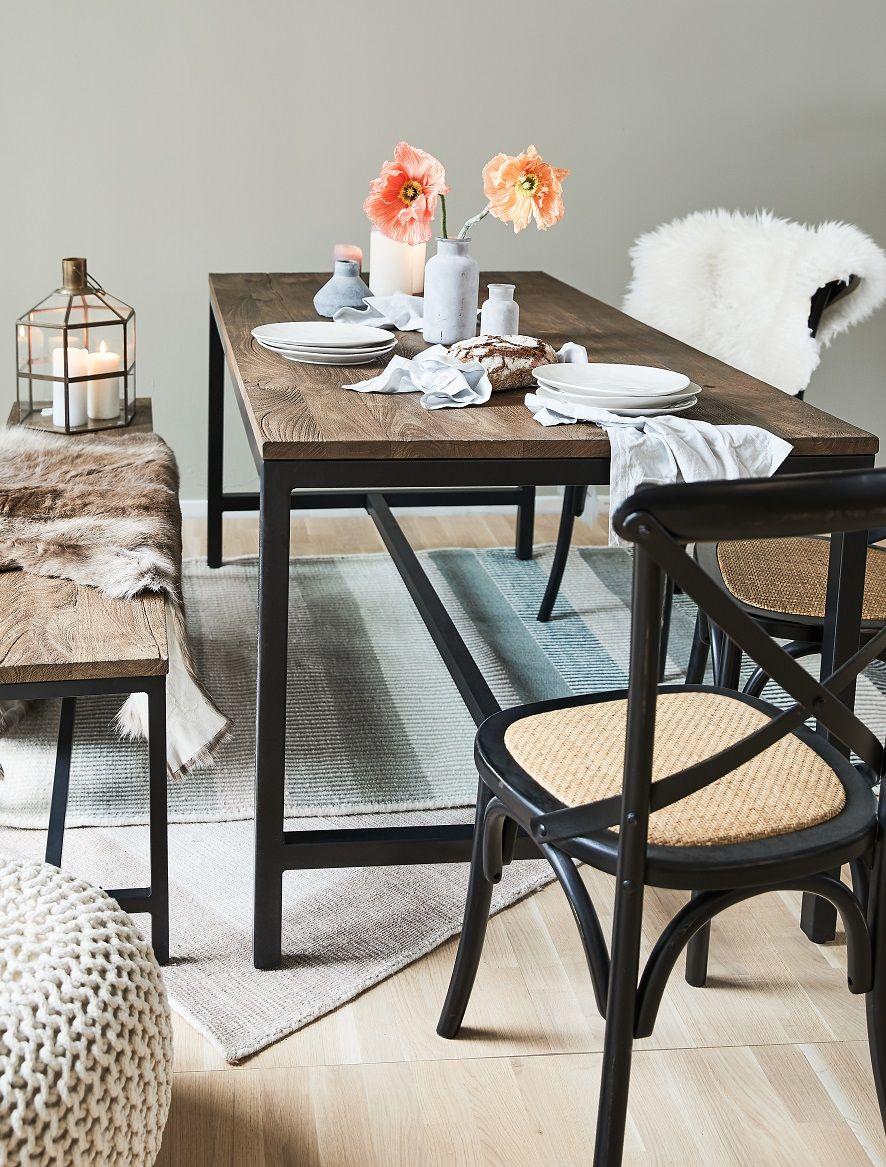Gonne Dir Eine Pause Auf Gaston Wird Kaffeetrinken Zu Einer Entspannten Ruhephase Der Schwarze Stuhl Bietet Mit Den Vie Mit Bildern Eiche Rustikal Esstisch Stuhle Stuhle