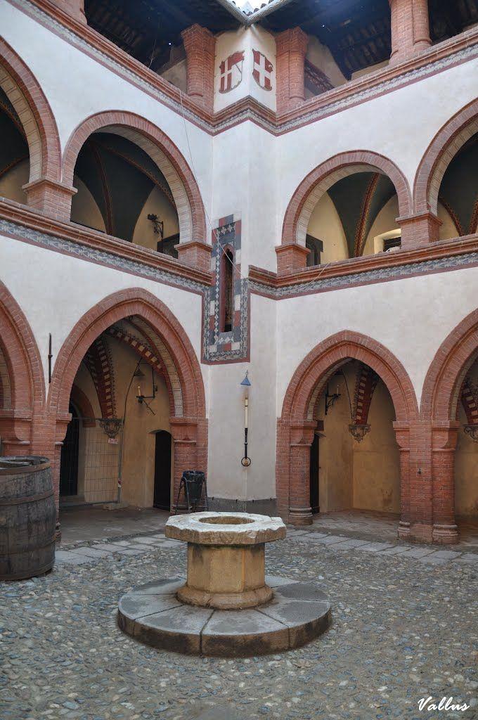 Un cortile interno del borgo medioevale nel parco del Valentino - Torino