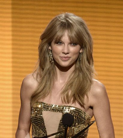 Singer Taylor Swift attends the 2013 American Music Awards in Los Angeles, California. She wore Lorraine Schwartz jewelry.