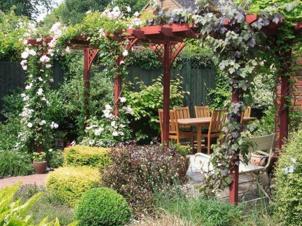 Holz Pergola Kletterpflanzen Rosen Garten gestalten garden