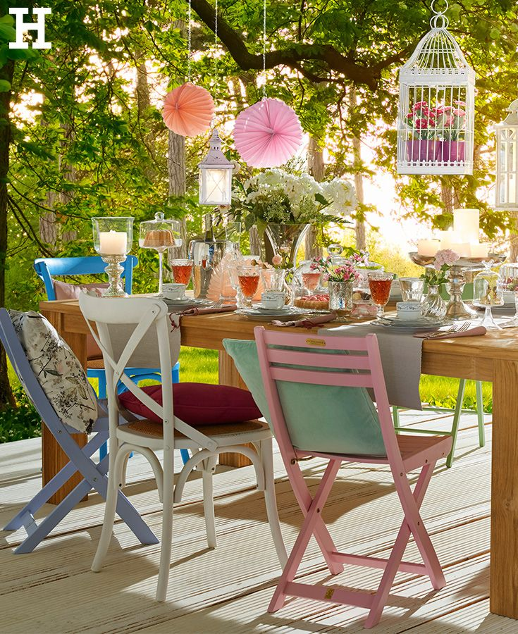 Bunt Zusammengewurfelte Stuhle Bringen Einen Ganz Personlichen Und Individuellen Charme An Den Gartentisch Sommerfest Garten Ide Garten Idee Cottage Garten
