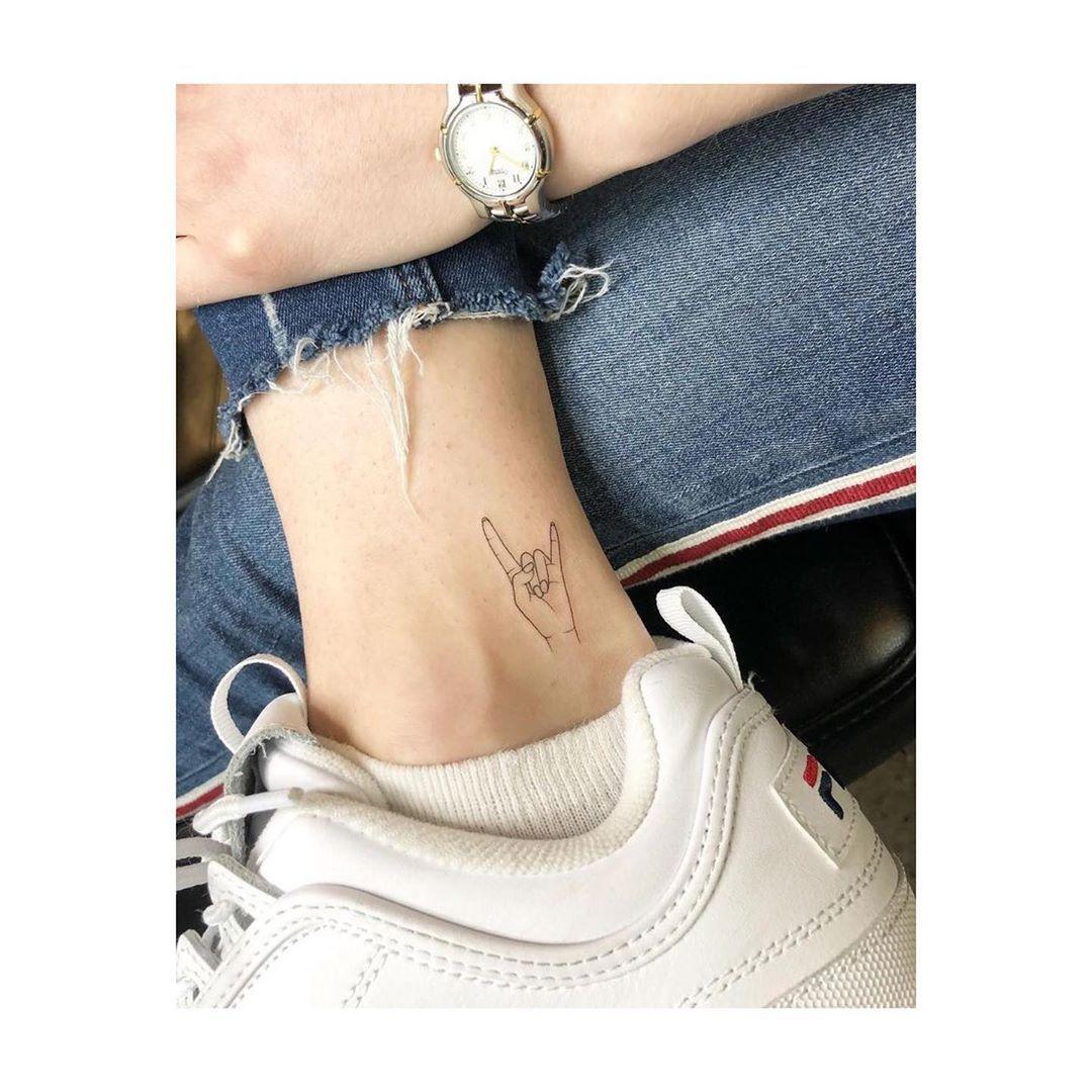 Sempre buscando boas vibrações 🤘. #tatoo #tattoo #tatuagem #tatuagensfemininas #tatuagemdelicada #tattoos #tattooideas #tattooartist #tattos #tattooart #tatto #tattoodesign #tattoomodel #tattogirl #tattogirls #tattogram #tatuageminspiradora #tattoolife #tattolife #tattolifestyle #tattoline #tatuagemdelicada #tatuagemideal