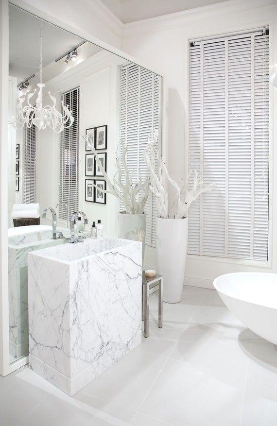 Badezimmer mit wei em marmor waschbecken einrichtung in 2018 pinterest badezimmer - Marmor badezimmer ...
