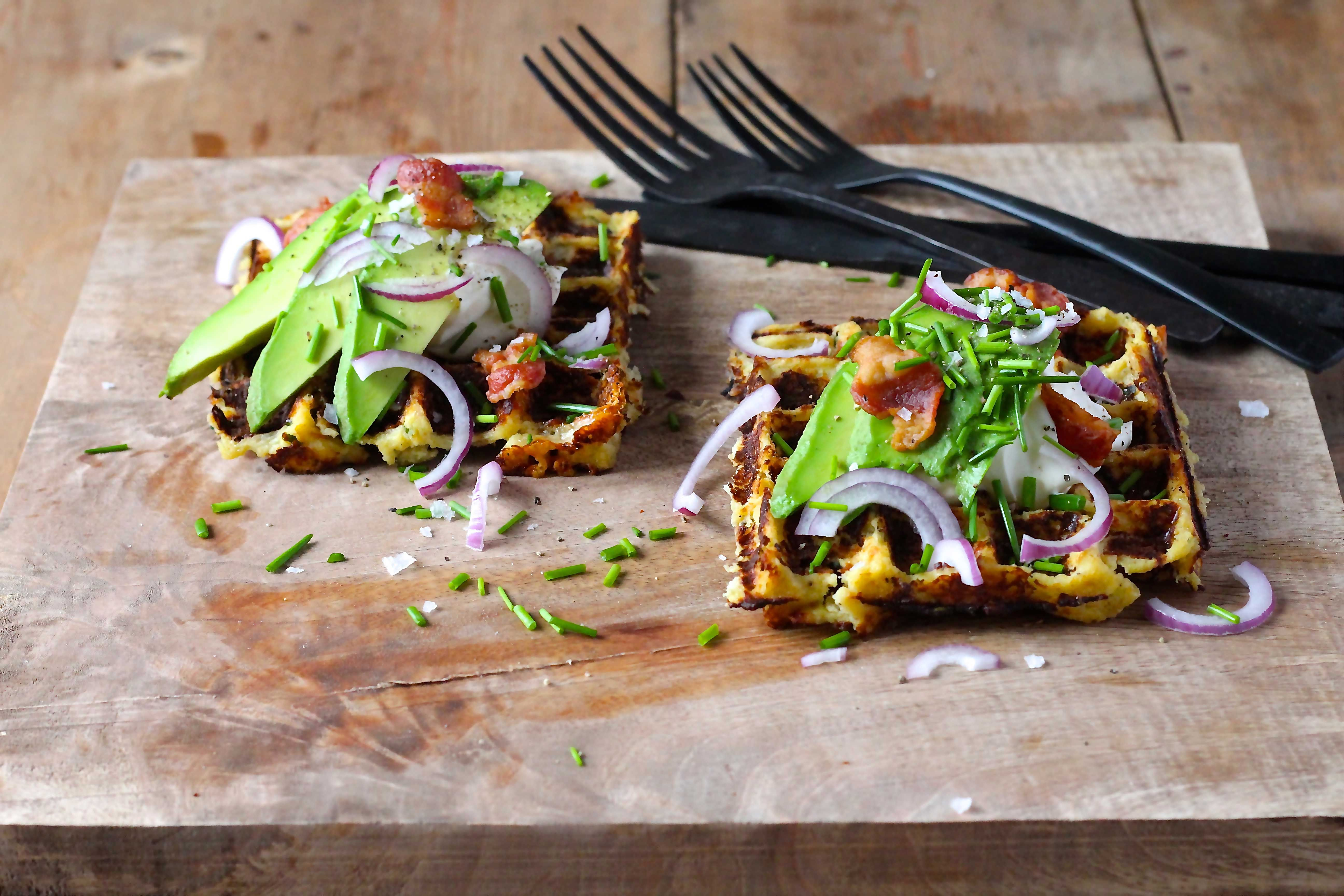 Blomkålsmos vafler - ja, vafler lavet med blomkålsmos er en fin måde at snige ekstra grønt ind. Og i selskab med ost og bacon smager man ikke blomkålen!