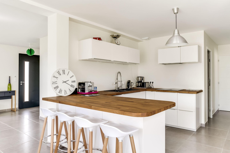 Plan De Travail Bar Arrondi cuisine blanche avec magnifique plan de travail en bois