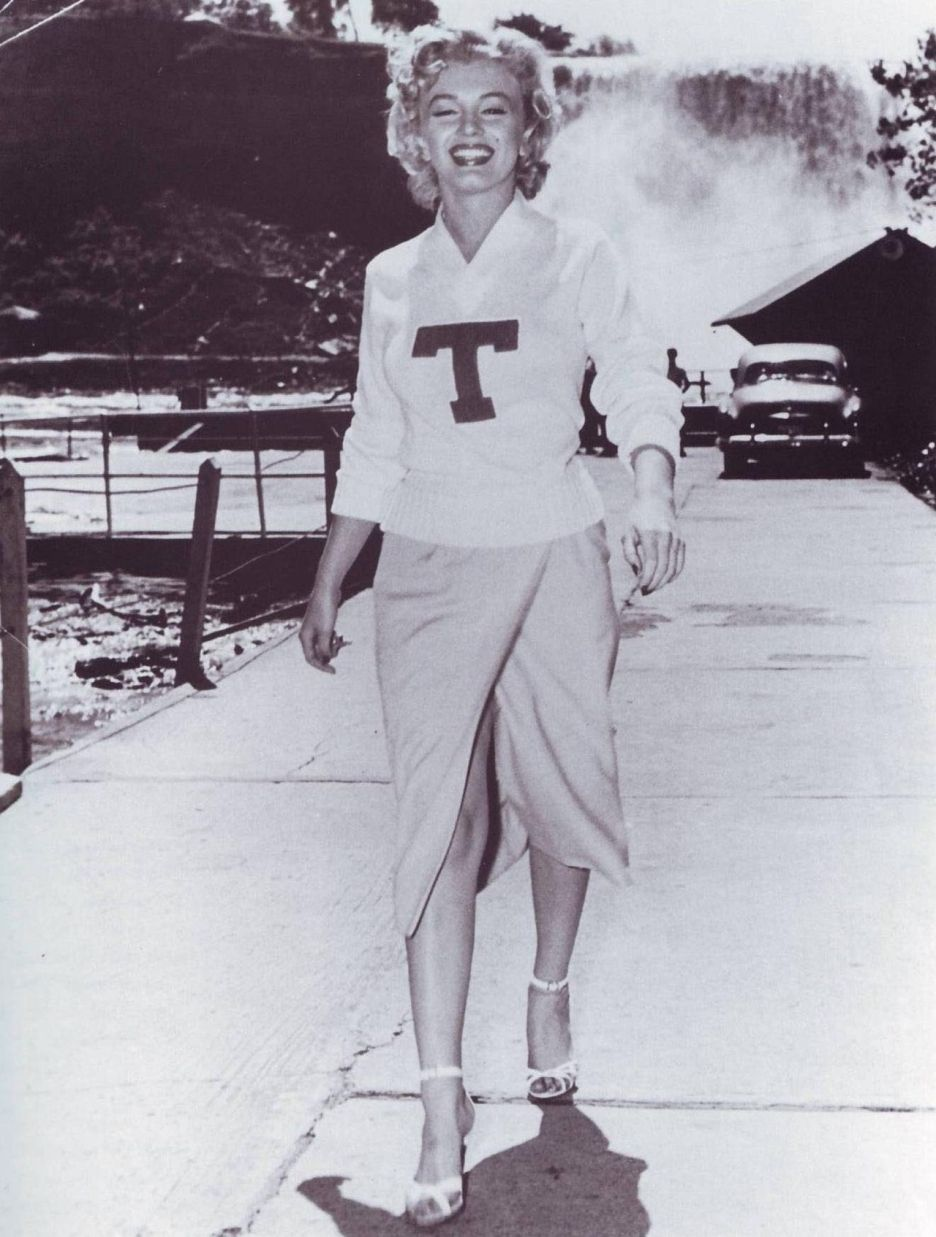 Citaten Marilyn Monroe Ga : Gorgeous yet very casual marilyn in a sweater skirt