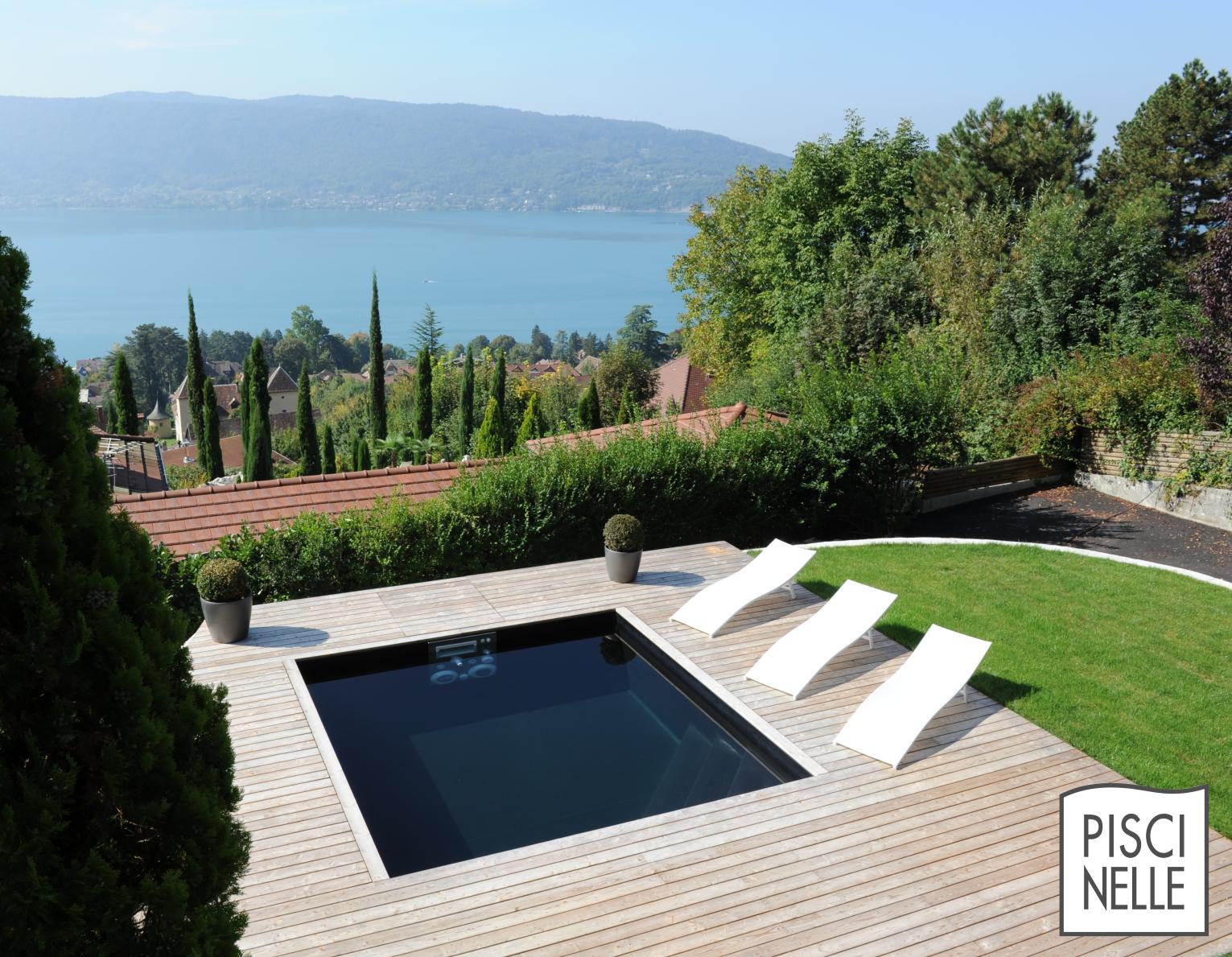 Une petite piscine de luxe dominant le lac d 39 annecy effet for Piscine hors sol liner noir