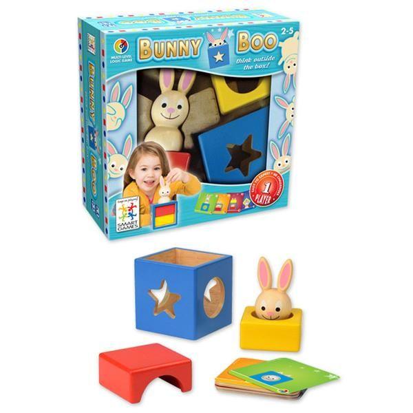 Bunny Boo er hovedbrud for små børn. KØB Bunny Boo spm er vinder af årets guldbrik 2013 online hos Lirum Larum Leg. Bunny Boo - Årets hovedbrud.