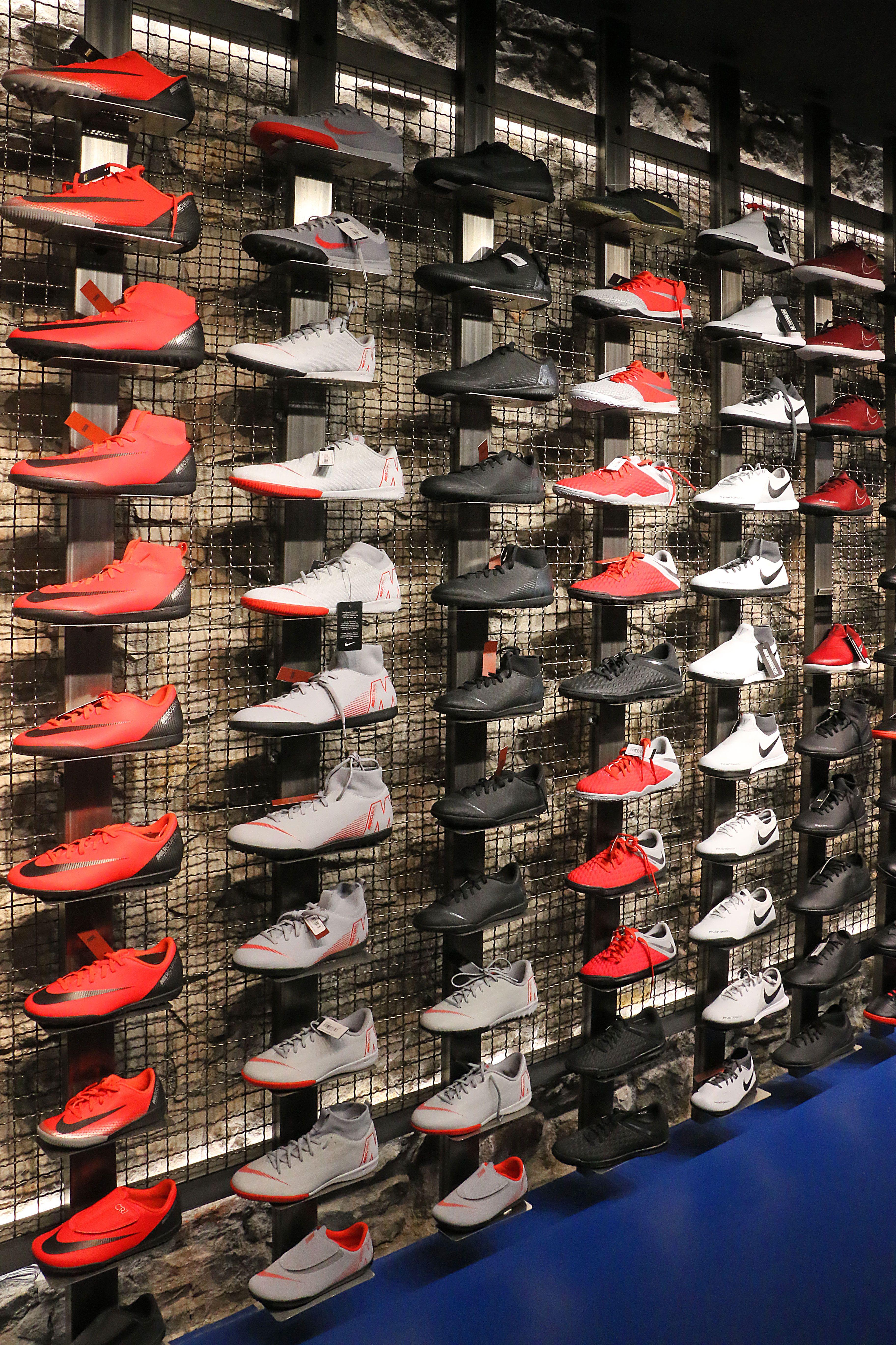 Encuentra en nuestra tienda  futbolmania de  barcelona toda la gama de   zapatillassala  nike  mercurial  phantom  hypervenom  niketiempo  Futbolmania ... 304656e68dc6e