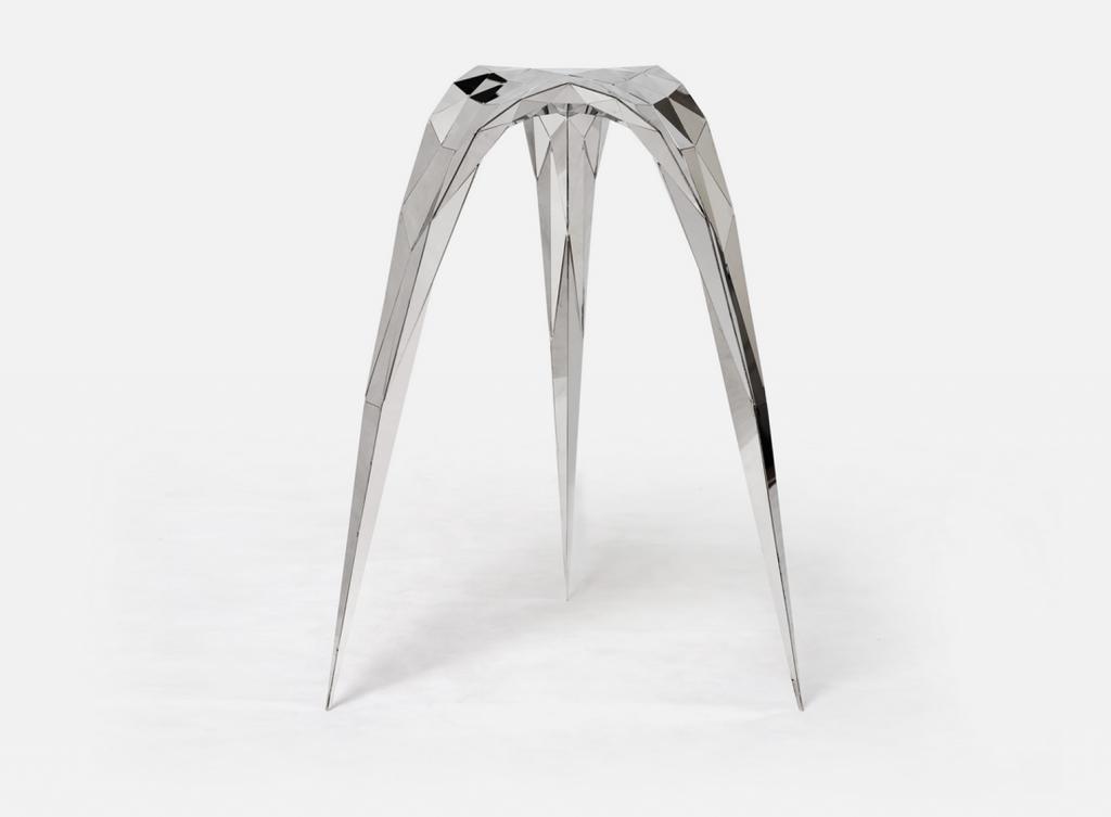 ZhangZhoujie har designet denne serie af møbler i laserskåret stål. Efter laserskæringen er metallet blevet håndsvejst og poleret for at opnå den spejlblanke overflade. Kan købes i Bundshop.com