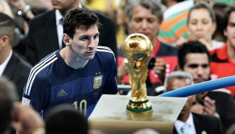 Messi Mirando La Copa Del Mundo Fotos De Messi Messi Lionel Messi