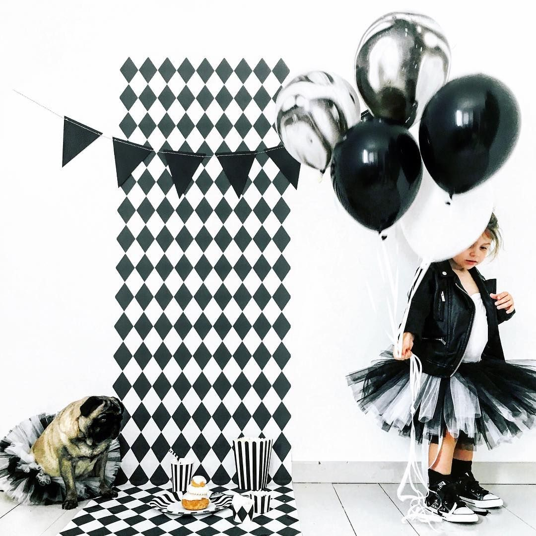 Black&white party with geometric pattern from Pixers styled by @audrey.lilarose https://www.instagram.com/p/BRtYT_tjm4f/