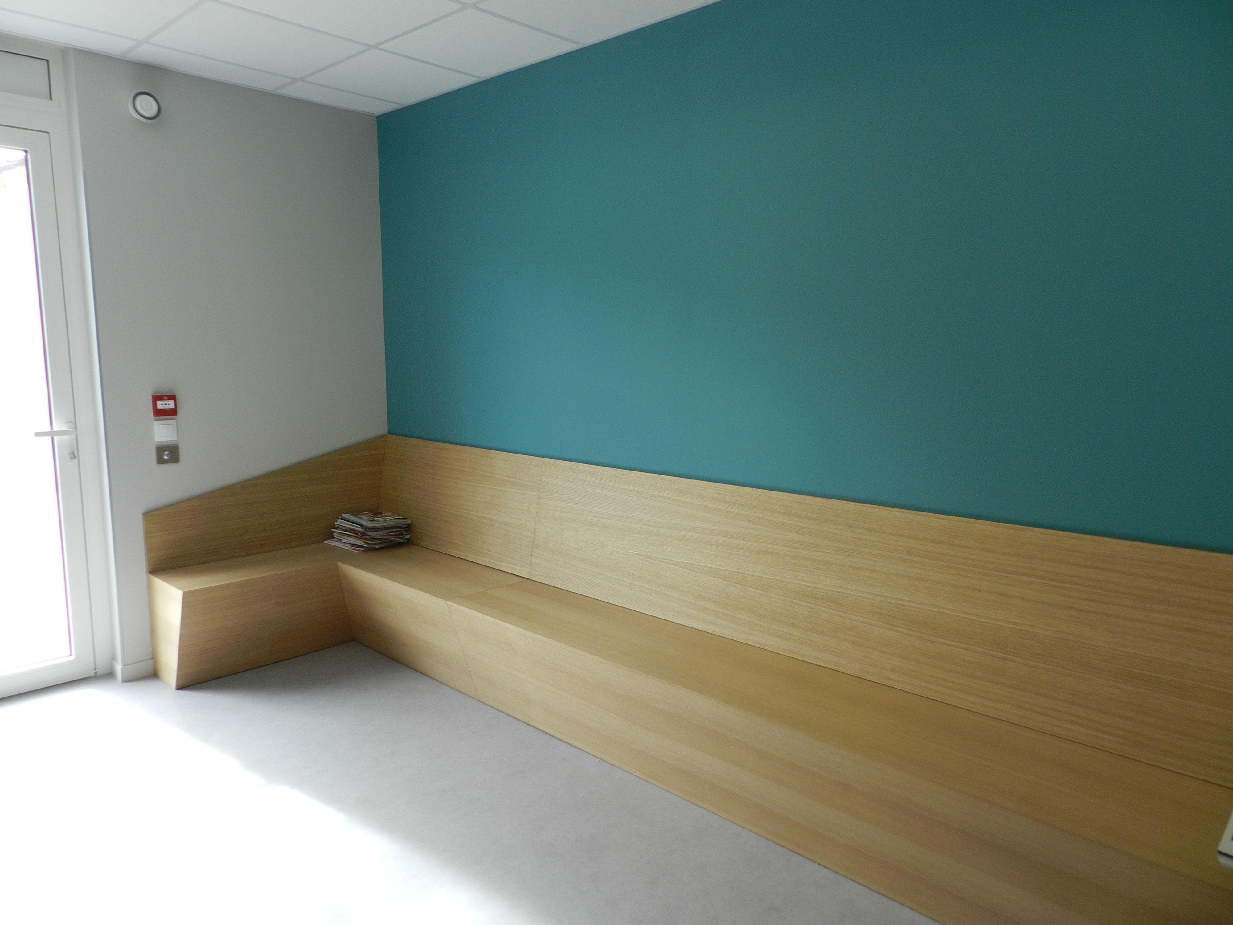 Banque D Accueil Du Pole Medical Gradignan Banc Bois Chene Bleu Decor Amenagement Interieur Salle D Attente Decor Salle D Attente Cabinet Osteopathie