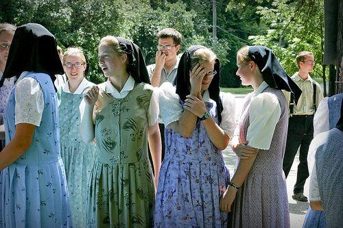 Mennonite dress vs amish dress pictures