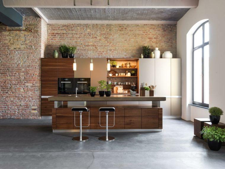 elegante open space con cucina con isola mobili in legno e sgabelli ...