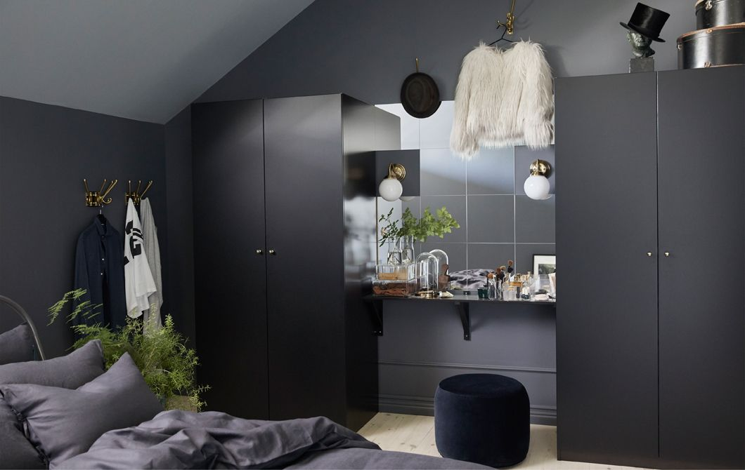 Gut Durch Dunkle Möbel Wirkt Das Schlafzimmer Größer. Hier Haben Wir Einen  Schminktisch Zwischen Zwei PAX Kleiderschränken In Schwarzbraun Gestaltet.