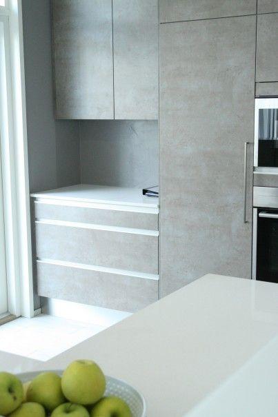 Betonimainen pinta keittiön kaappien ovissa
