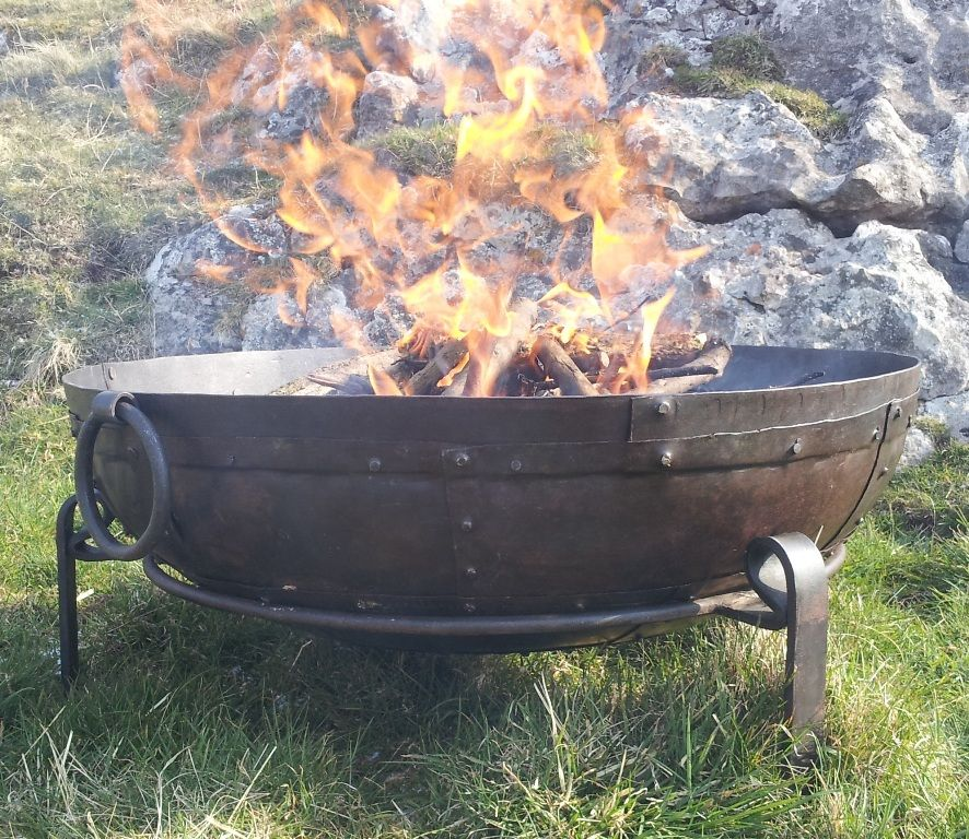 Large solid fire pit 70cm fire bowl with stand and grill for Fire pit bowl ideas