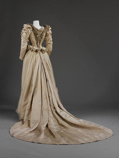 Wedding dress, 1890 NYC, the V&A; Museum (back)