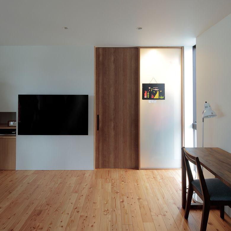 天井いっぱいの建具を色柄違いで使う 室内ドア インテリア