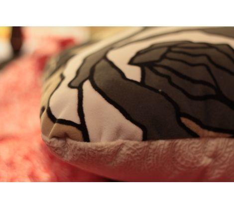 Двухцветная Интерьерная подушечка, придаст еще больше уюта в Вашем доме. Яркая мягкая Handmade подушечка ( р-р 30х40), выполненная  из велюра. Велюр очень приятный и нежный на ощупь. Подушечки отлично впишутся в любой интерьер, а своими красками будут радовать глаз. То что на фото, все есть в наличии. При желании возможен пошив под заказ.