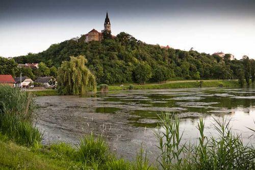 Ilok  Una ciudad medieval enriscada en lo alto de un espolón que domina el Danubio. Es la población croata más oriental. Queda parte de las murallas, el castillo del duque (recién rehabilitado), una iglesia-monasterio que se levanta como un faro sobre la llanura y una vista soberbia sobre el Danubio y los bosques que le rodean. Si vais a Ilok, cenar en el hotel-restaurante Dunav, con excelentes pescados y un comedor al aire libre en una preciosa pradera junto al Danubio. Al otro lado está…