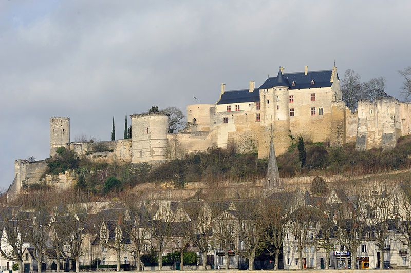 Château De Chinon Is A Castle Located On The Bank Of The Vienne River In Chinon France Valle Del Loira Viajes Turisticos Historia De Francia