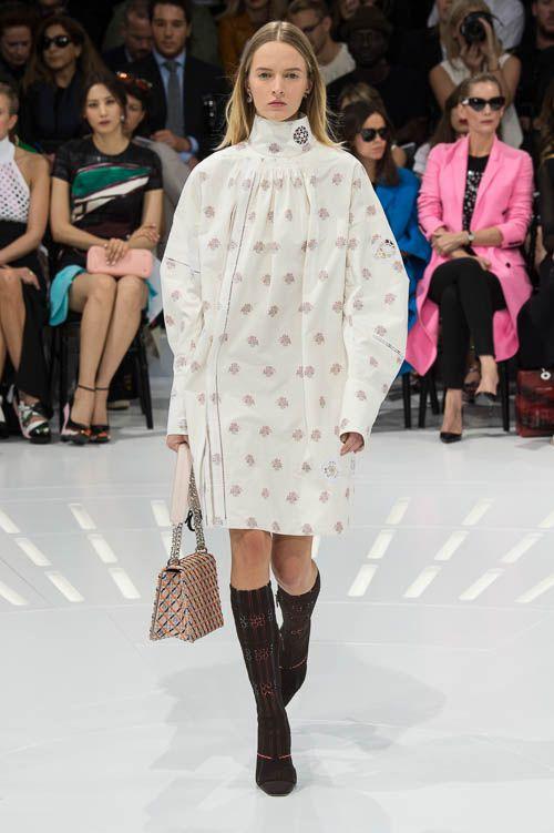 Christian Dior – Der Out-of-Bed-Look ist aus der Haarmode schon lange nicht mehr wegzudenken. Neu ist er in der High Fashion. Die Looks vom Laufsteg haben Nachthemden zu Vorbild und sind der neue Trend für die Frühjahrs- und Sommermode.