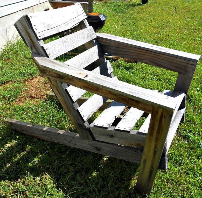 21 Functional Diy Old Wood Pallets Ideas In 2020 Wood Pallets Relaxing Chair Simple Bookshelf