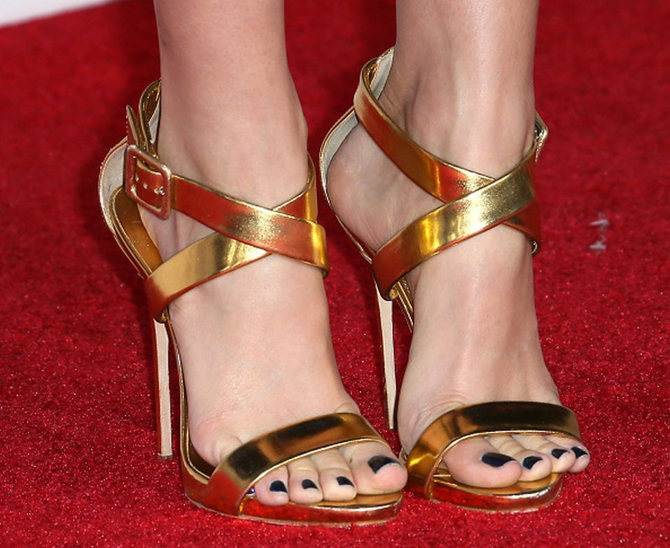 Beth Behrs's Feet << wikiFeet