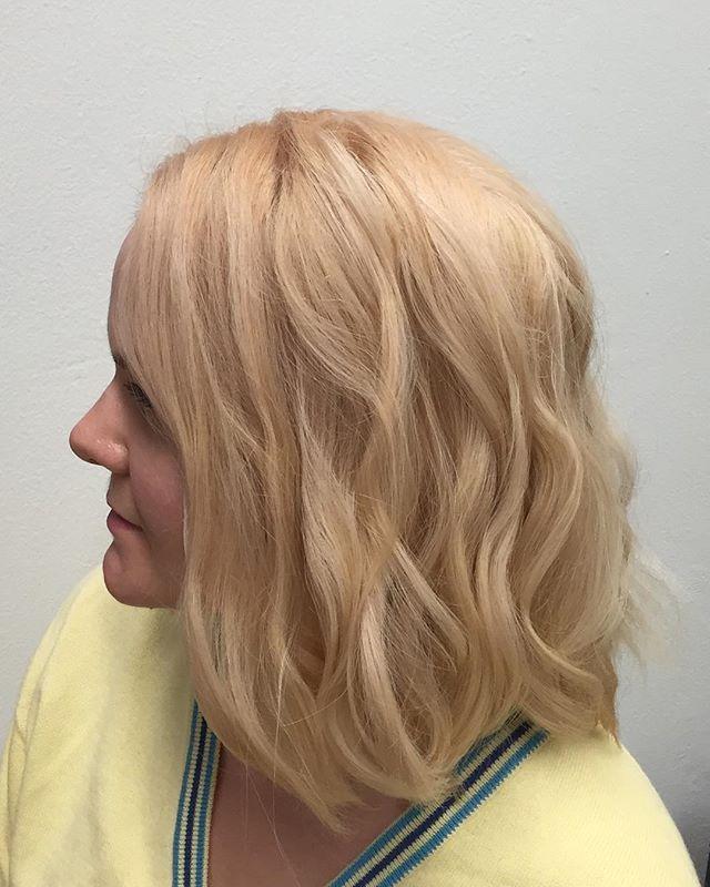 Tämä ihana rento syksyinen laine luotiin helposti muutamassa osassa #labelm muotoiluraudalla. Pohjalle pieni suihkaus #hairspray tä ja viimeistelyyn #resurrectionstyledust ia ja valmista myös pieni häivähdys persikkaa sekä kuparia luotiin Wellan illumina väreillä #wella #wellahair #wellacolor #wellaprofessionals #hairstyle #haircolor #wavy #wavyhair #beachwaves #autumn #autumnhair #hiukset2015 #finpaka