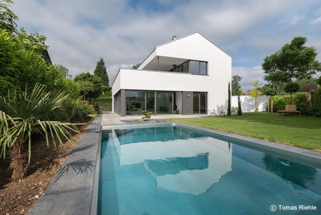 Finde moderner Pool Designs: Gartenansicht mit Pool. Entdecke die schönsten Bilder zur Inspiration für die Gestaltung deines Traumhauses.