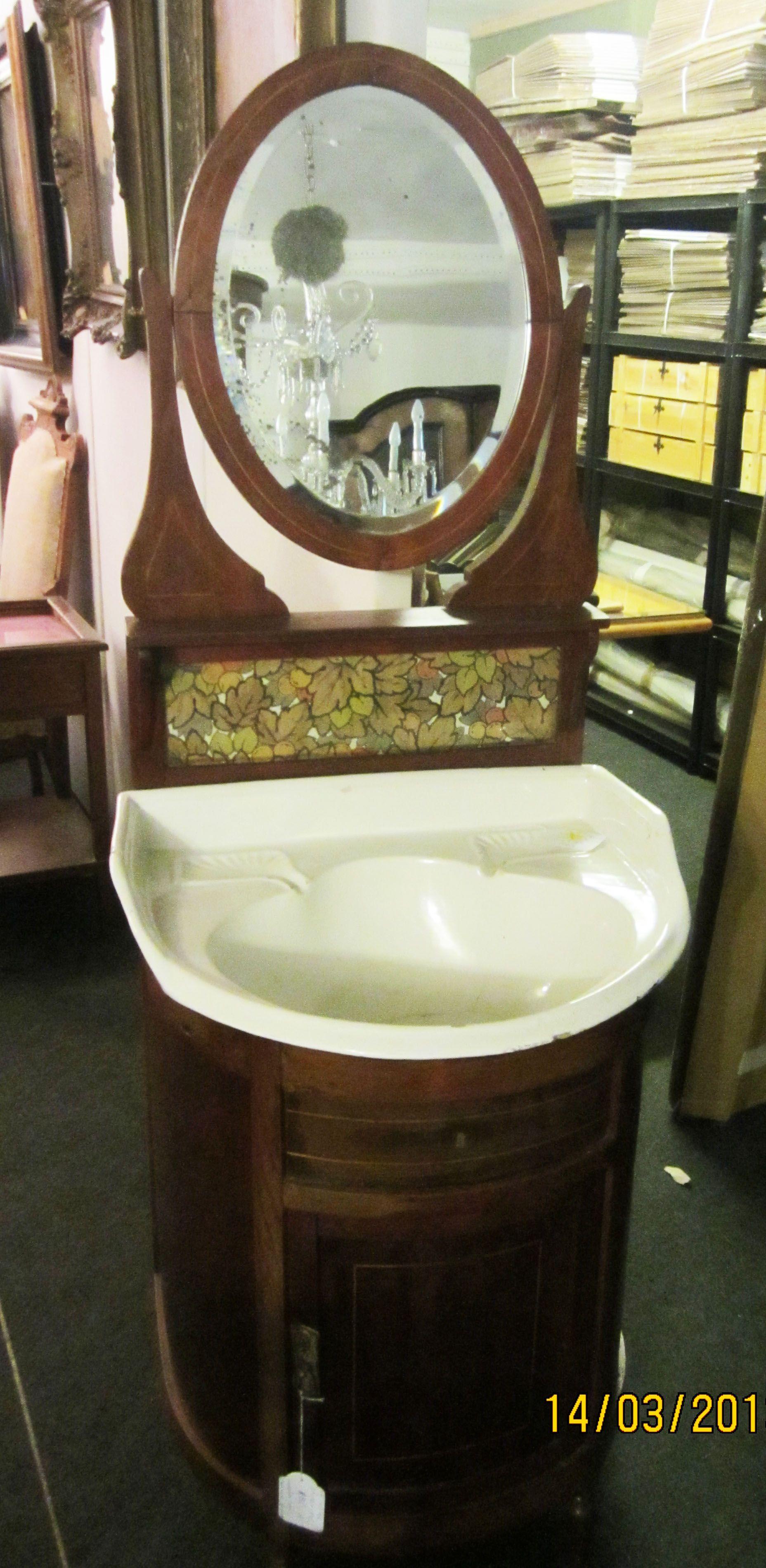 Antiguo lavabo de cerámica sobre mueble de madera, con espejo ...