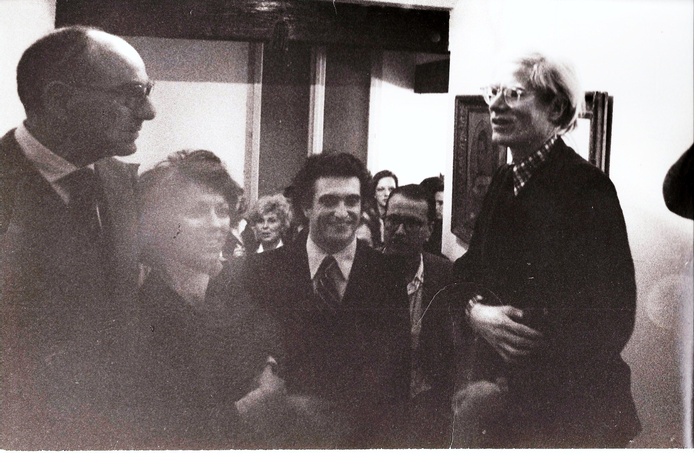 Franco Farina, Totto Carrà, Raffaele Torelli con Andy Warhol. Ferrara, 1974. Party in casa.