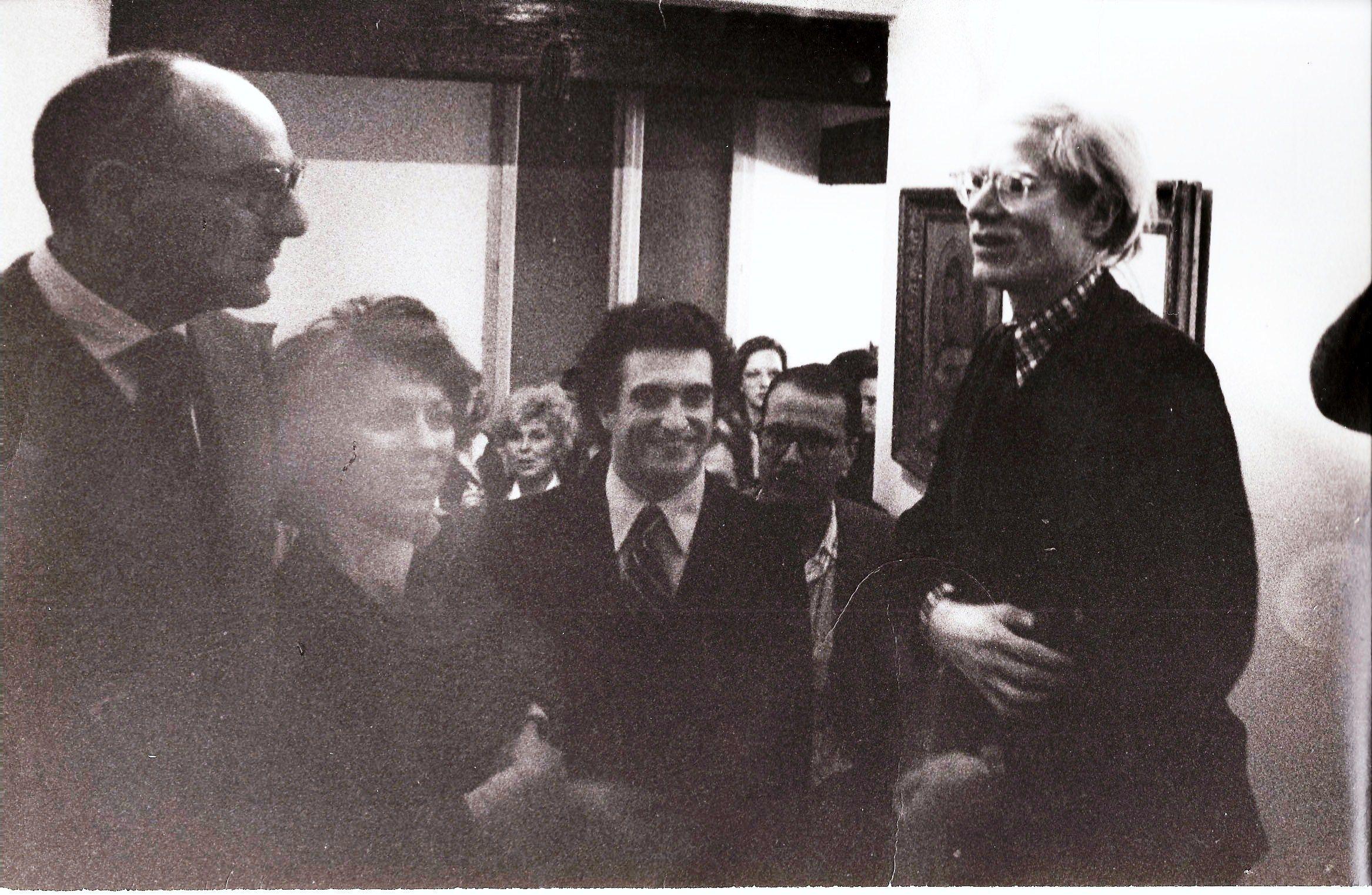 Franco Farina, Totto Carrà, Raffaele Torelli con Andy Warhol. Ferrara, 1974. Party in casa.