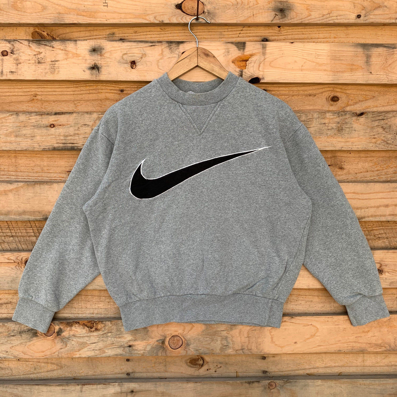 Vintage Nike Sweatshirt Label Size Medium Cream Depop Crewneck Sweatshirt Outfit Baddie Vintage Nike Nike Kleidung Vintage Klamotten Outfit Ideen [ 2318 x 2274 Pixel ]