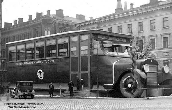 The Scene Above Was Just Outside The 1927 Helsinki Automobile Show At The Time A Few Of The Smaller American Car And Truck Produce Motores Turismo Transporte