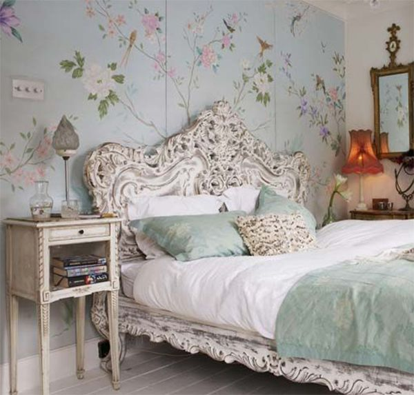 bedroom:floral wallpaper victorian bed style classic table lamps