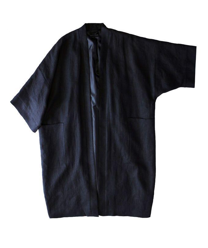 Sanna Hopiavuori. Musta reilunkokoinen jakku, jossa kimonotyyppiset hihat. Vuoritettu. Olka-helma n.92cm,pääntie-hihansuu n.52cmOne size -malli.   Tämä on tilaustuote, joka valmistetaan halutessa omien mittojen mukaan. Huomioithan, että tilaustuotteilla ei ole palautusoikeutta. Jos jakkuei jostain kohtaa istu, niin suunnittelija/ompelija tekee korjaukset samaan hintaan.    Ilmoita seuraavat mitat tilausta tehdessäsi:-rinnanympärys (korkein kohta liivit päällä)-vyötärönympärys (kap...